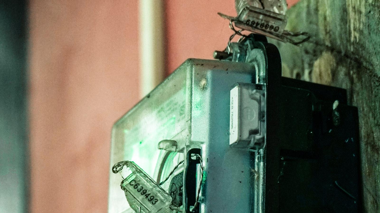 disjoncteur electrique branché