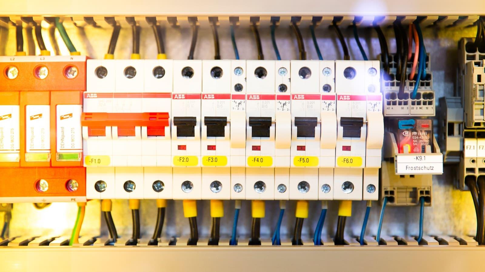 tableau électrique avec fusibles