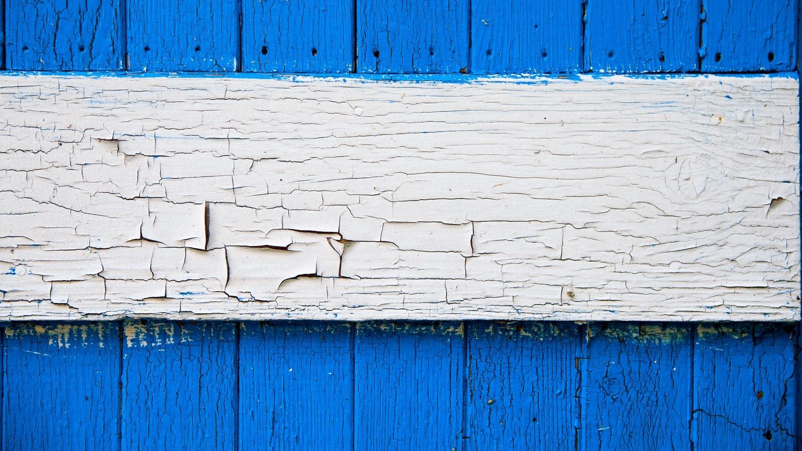 Planche de bois avec peinture qui s'écaille