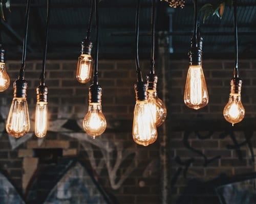 ampoules allumées au plafond