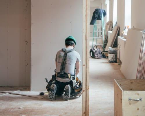 ouvrier en train de travailler