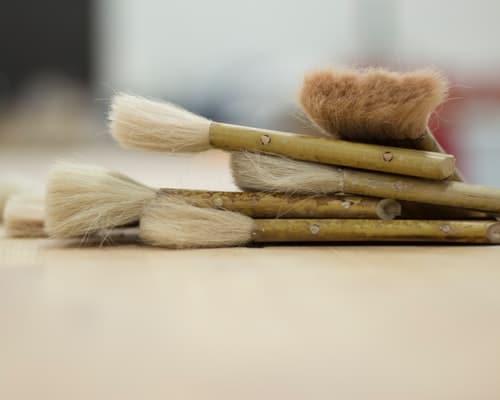 pinceaux posés sur une table