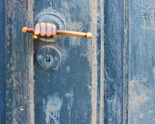 Porte avec une serrure originale